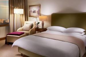 Łóżko lub łóżka w pokoju w obiekcie Regent Warsaw Hotel