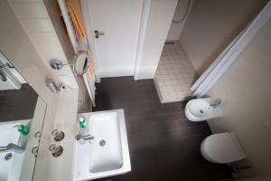 A bathroom at Hotel Goldene Gans