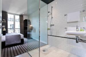 A bathroom at Hôtel Emile