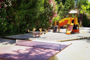 Aire de jeux pour enfants de l'établissement Baumanière - Les Baux de Provence