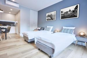 A bed or beds in a room at Apartamenty Sopot19