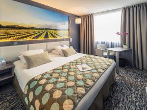 A bed or beds in a room at Mercure Beaune Centre