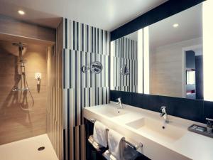 A bathroom at Mercure Orange Centre A7/A9