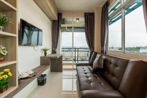 Ein Sitzbereich in der Unterkunft Evergreen Suite Hotel