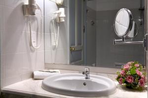 A bathroom at Sunshine Crete Beach