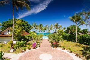 Een tuin van Coco Palm Beach Resort - SHA Plus