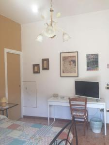 A television and/or entertainment centre at Chiavi Antiche B&B