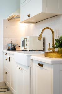A kitchen or kitchenette at Apartments Mediteraneo