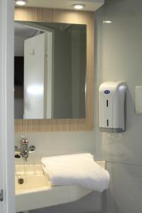 A bathroom at Premiere Classe Toulouse Sesquières