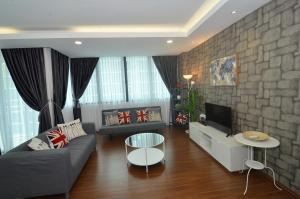 A seating area at Kuching City Luxury Vivacity Suite A1