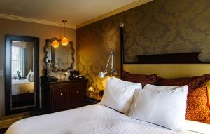 A bed or beds in a room at Chestnut Hill Hotel