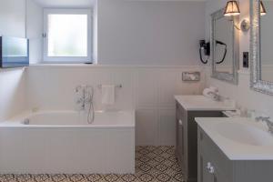 Salle de bains dans l'établissement Hotel Les Bories & Spa