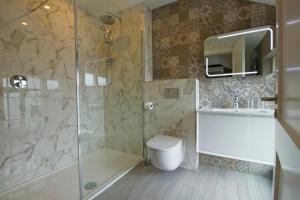 A bathroom at Gleesons Townhouse Booterstown