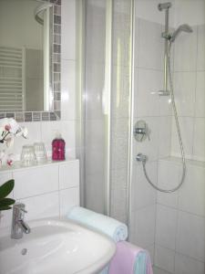 A bathroom at Apart-Pension Oberreiter