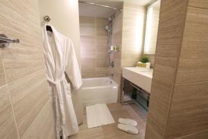 A bathroom at Millennium Hilton New York One UN Plaza