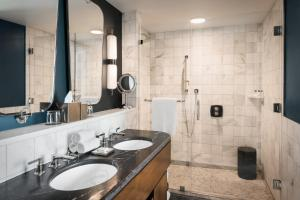 A bathroom at Perry Lane Hotel, a Luxury Collection Hotel, Savannah