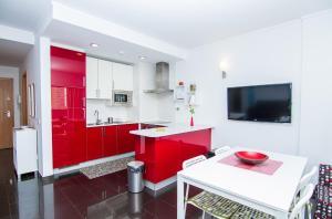 Una cocina o zona de cocina en Apartamentos Turisticos Rocha Tower - MI