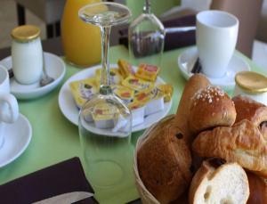 Options de petit-déjeuner proposées aux clients de l'établissement Le Riviera