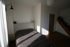 A bed or beds in a room at ICI et LA