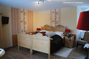 A bed or beds in a room at Hotel Burg Abenberg