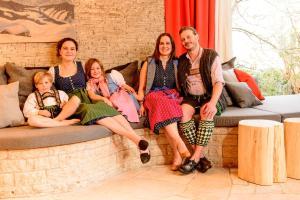 Eine Familie, die in der Unterkunft Bavaria Biohotel übernachtet
