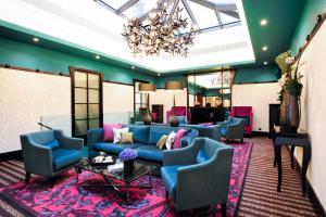 The lobby or reception area at Tiffany Hotel