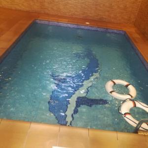 A piscina localizada em Taj Al Fakhama ou nos arredores