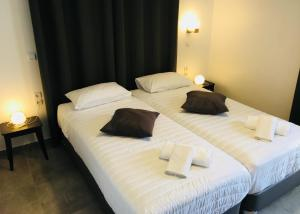 A bed or beds in a room at Kamelia Hotel
