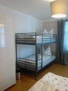 Ein Etagenbett oder Etagenbetten in einem Zimmer der Unterkunft Gästehaus Villa Rose