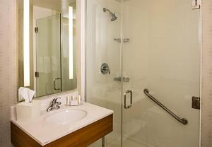 A bathroom at SpringHill Suites by Marriott New York LaGuardia Airport