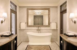 Ванная комната в Habtoor Palace Dubai, LXR Hotels & Resorts