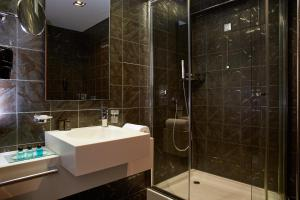 A bathroom at Lucy Hotel