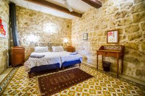 """Cama o camas de una habitación en """"Steves Villas"""" Villa ta Rosi"""