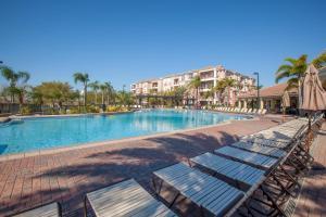 בריכת השחייה שנמצאת ב-Vista Cay Resort by Millenium at Universal Blvd. או באזור