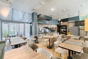 A restaurant or other place to eat at B&B Hôtel Marseille Centre La Joliette