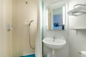 A bathroom at B&B Hôtel Marseille Estaque