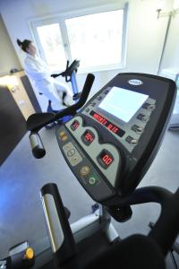 The fitness center and/or fitness facilities at Mercure Rouen Val de Reuil