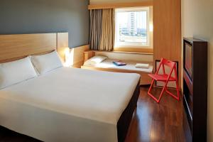 A bed or beds in a room at ibis Sorocaba