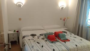 A bed or beds in a room at Apt Cardoso 3 ao lado da Praia Peneco