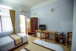 A television and/or entertainment center at Thanh Lich Hotel