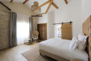 A bed or beds in a room at Le Saint Remy