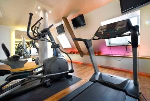 The fitness center and/or fitness facilities at Hotel Sonne