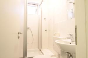 A bathroom at bedpark Altona Pension