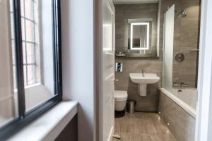 A bathroom at Abbey House Hotel