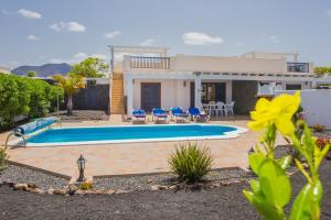 Het zwembad bij of vlak bij Villas Susaeta