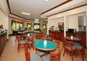 A restaurant or other place to eat at Baymont by Wyndham Harriman