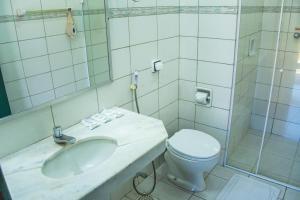 A bathroom at Candeias Hotel Gold Fish