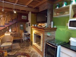 A kitchen or kitchenette at Sobrado Estilo Alemão