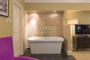 A bathroom at Lincoln Hotel, Sure Hotel Collection by Best Western