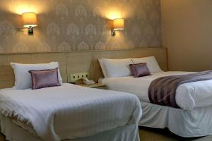 A bed or beds in a room at Best Western New Kent Hotel